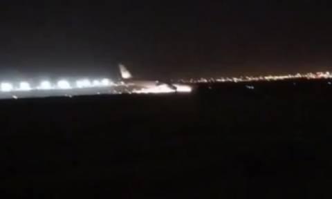 Τρόμος για 141 επιβάτες: Αναγκαστική προσγείωση με τη μύτη του αεροπλάνου να φλέγεται (vid)