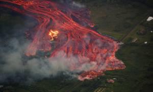 Δείτε LIVE: Εντυπωσιακές εικόνες από τα ποτάμια λάβας που «καταπίνουν» τη Χαβάη (Vids+Pics)