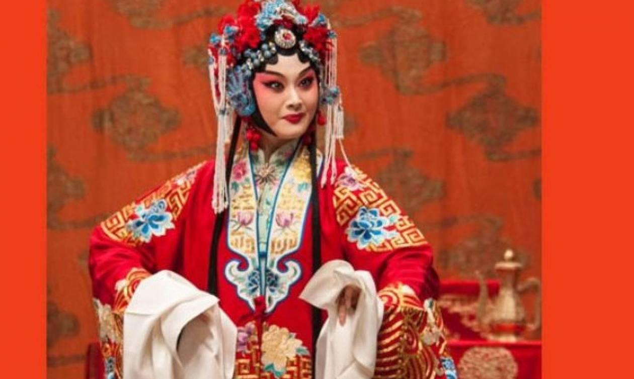Και όμως τα... θεατρικά κοστούμια «συσφίγγουν» τους δεσμούς Ελλάδας - Κίνας