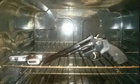 Ξέχασε ότι είχε κρύψει το όπλο στον φούρνο και αυτό που συνέβη θα το θυμάται για πάντα (Vid)