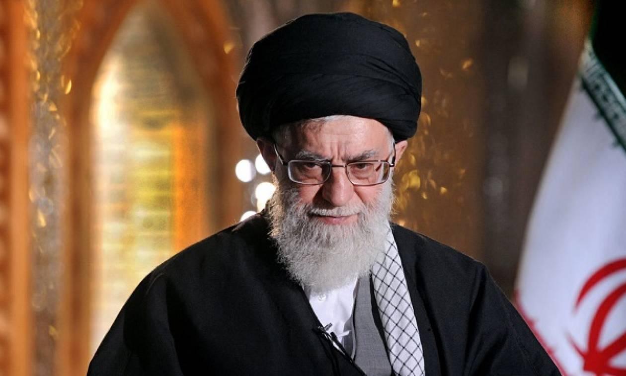 «Έξαλλος» ο Αγιατολάχ: Tο Ιράν θα συντρίψει τις ΗΠΑ
