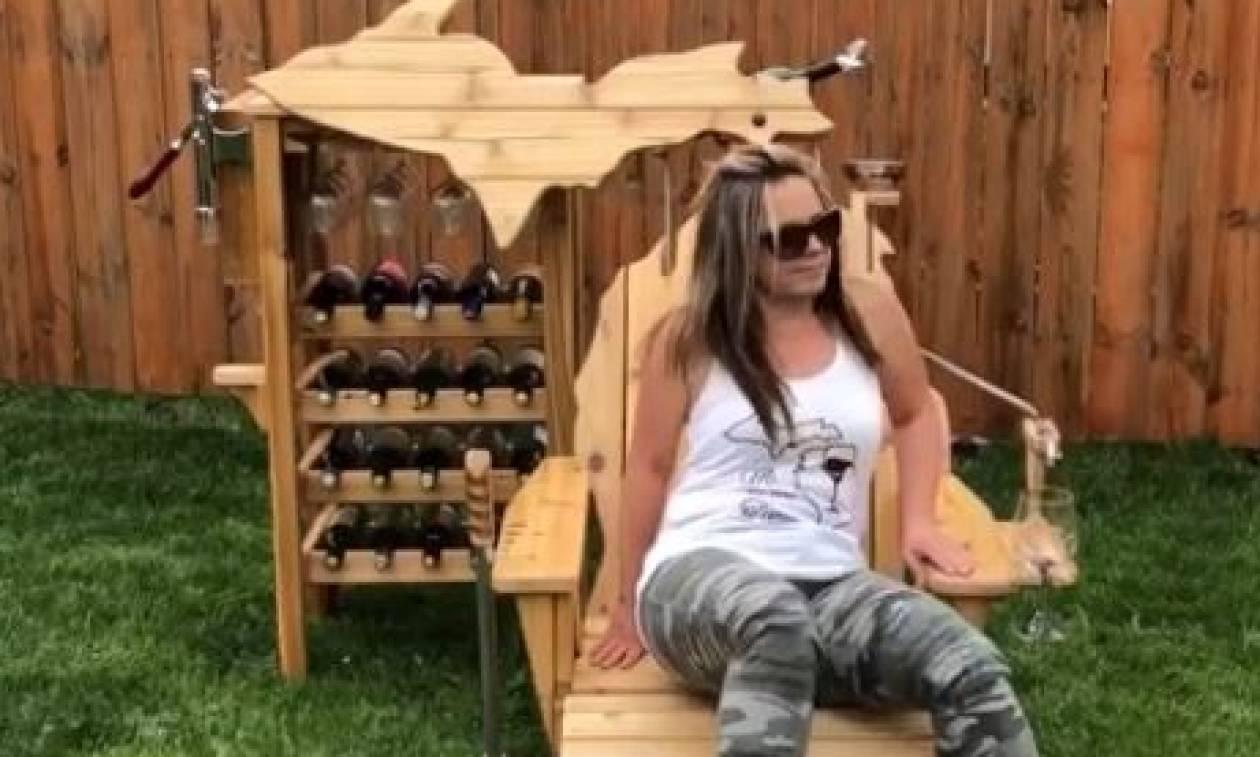 Ξαπλώνει σε μια ξύλινη καρέκλα. Κι... εκείνη «σερβίρει» κρασάκι (video)