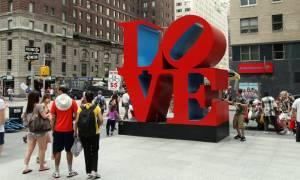 LOVE: Πέθανε ο δημιουργός του πιο εμβληματικού λογότυπου αγάπης στον πλανήτη (Pics+Vid)