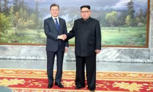 Αιφνιδιαστική συνάντηση των ηγετών Βόρειας και Νότιας Κορέας