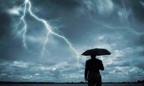 Ο καιρός «τρελάθηκε»: «30άρια» με... καταιγίδες - Πού θα «χτυπήσει» η κακοκαιρία σε λίγες ώρες