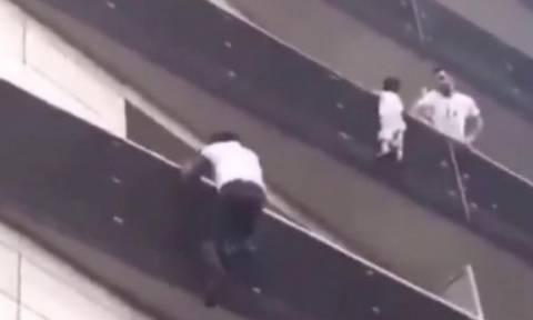 Ήρωας παρέδωσε μαθήματα αυτοθυσίας και σκαρφάλωσε τέσσερις ορόφους για να σώσει παιδί (video)