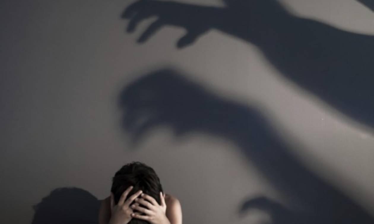 Φρίκη στη Λέρο: «Υποχρέωναν την κόρη τους να τους βλέπει να κάνουν σεξ και μετά τη βίαζαν»