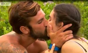 Survivor 2: Το «καυτό» φιλί του Ηλία Γκότση στην σύντροφο του