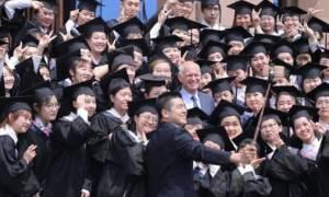 Κινέζοι φωτογραφίζουν τον Παπανδρέου