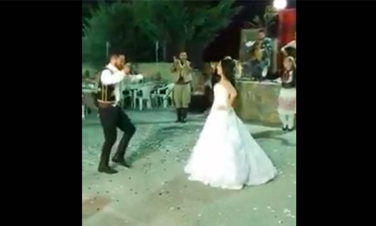 Στο γλέντι του γάμου τους, χόρεψαν ίσως την ωραιότερη σούστα της ζωής τους! (video)