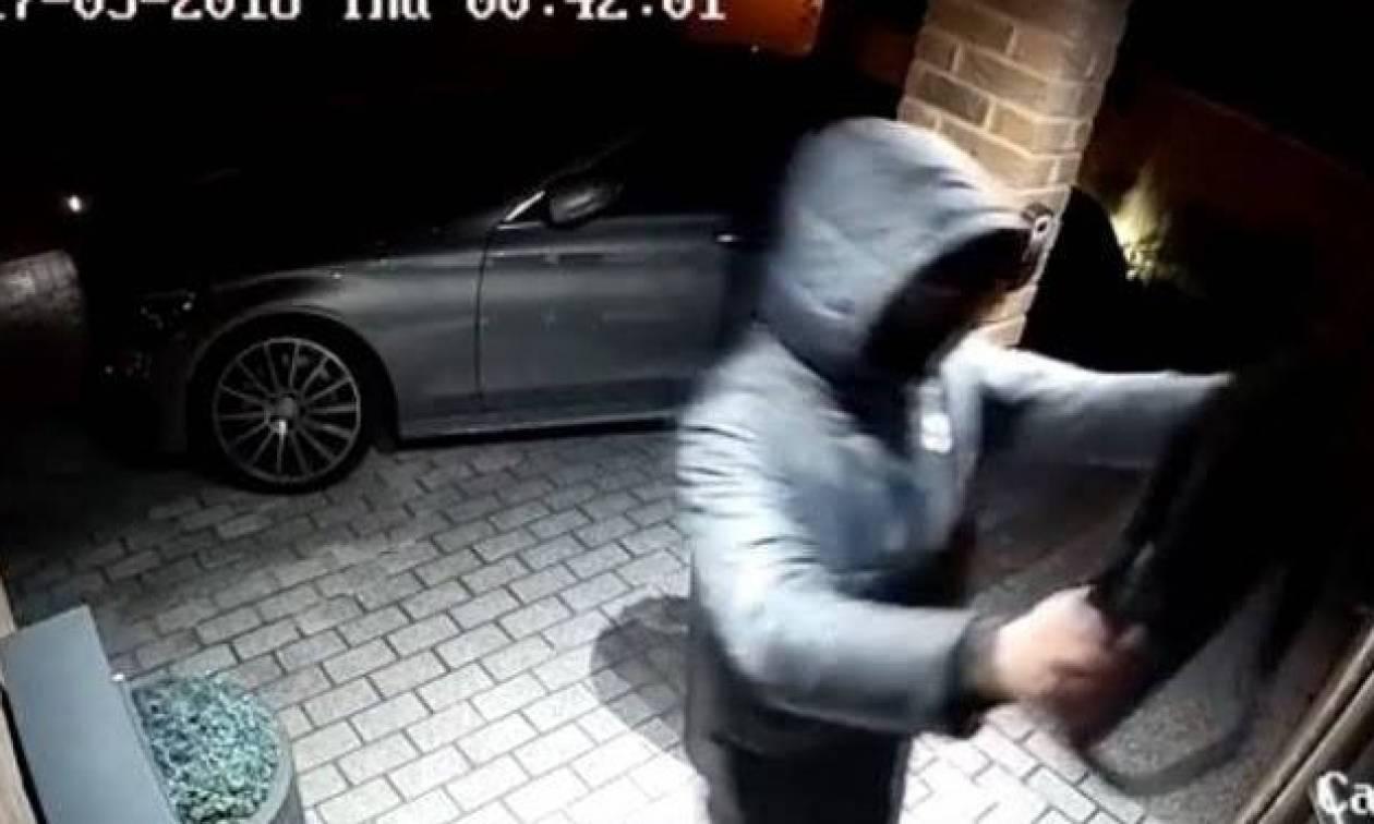 Δείτε πώς κλέβουν πολυτελή αυτοκίνητα μέσα σε 20 δευτερόλεπτα! (vid)