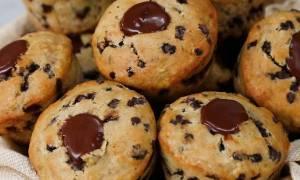 Εύκολα muffins με μπανάνα και γέμιση σοκολάτας