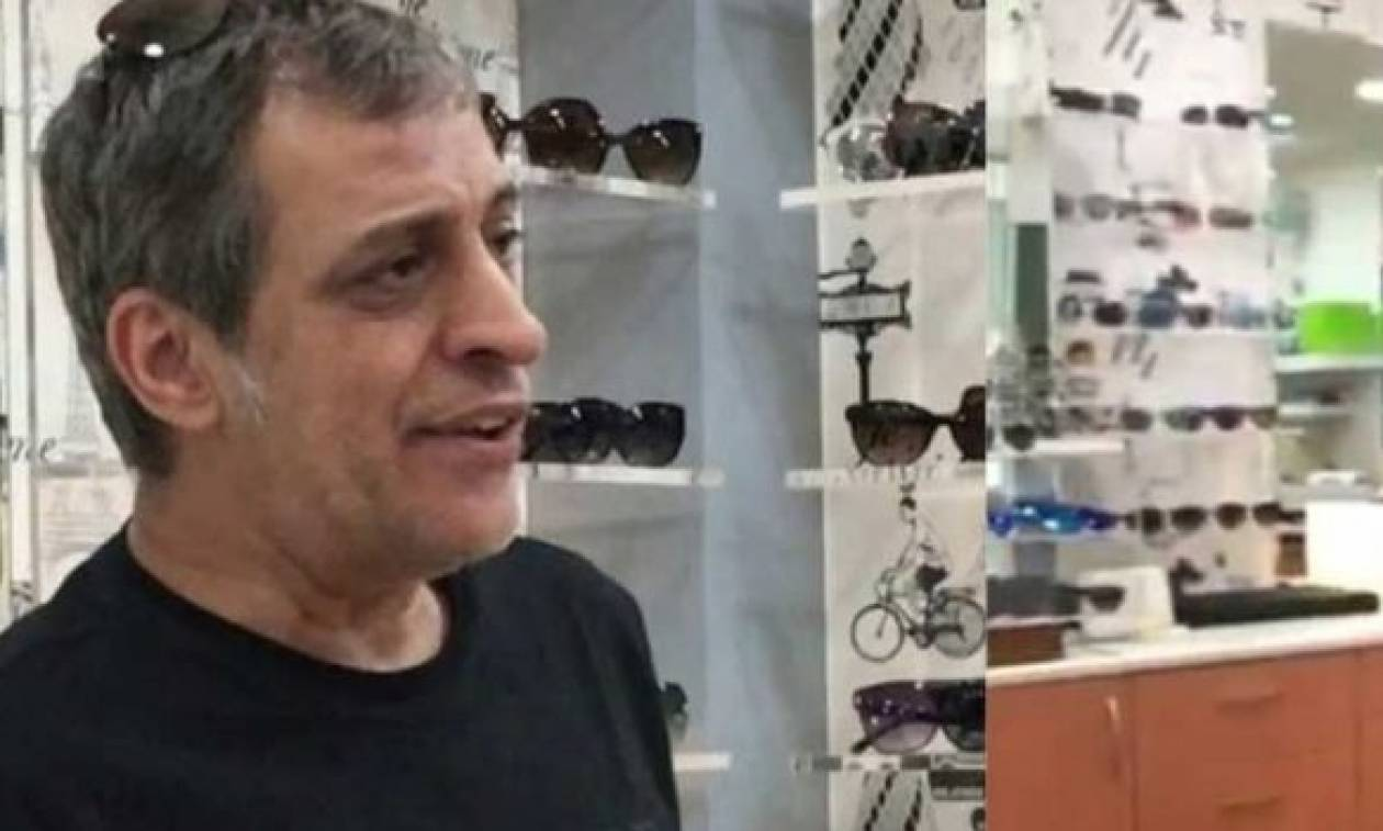 Ο Θέμης Αδαμαντίδης τραγουδάει σε… κατάστημα οπτικών και ραγίζουν καρδιές με τη φωνή του (vid)