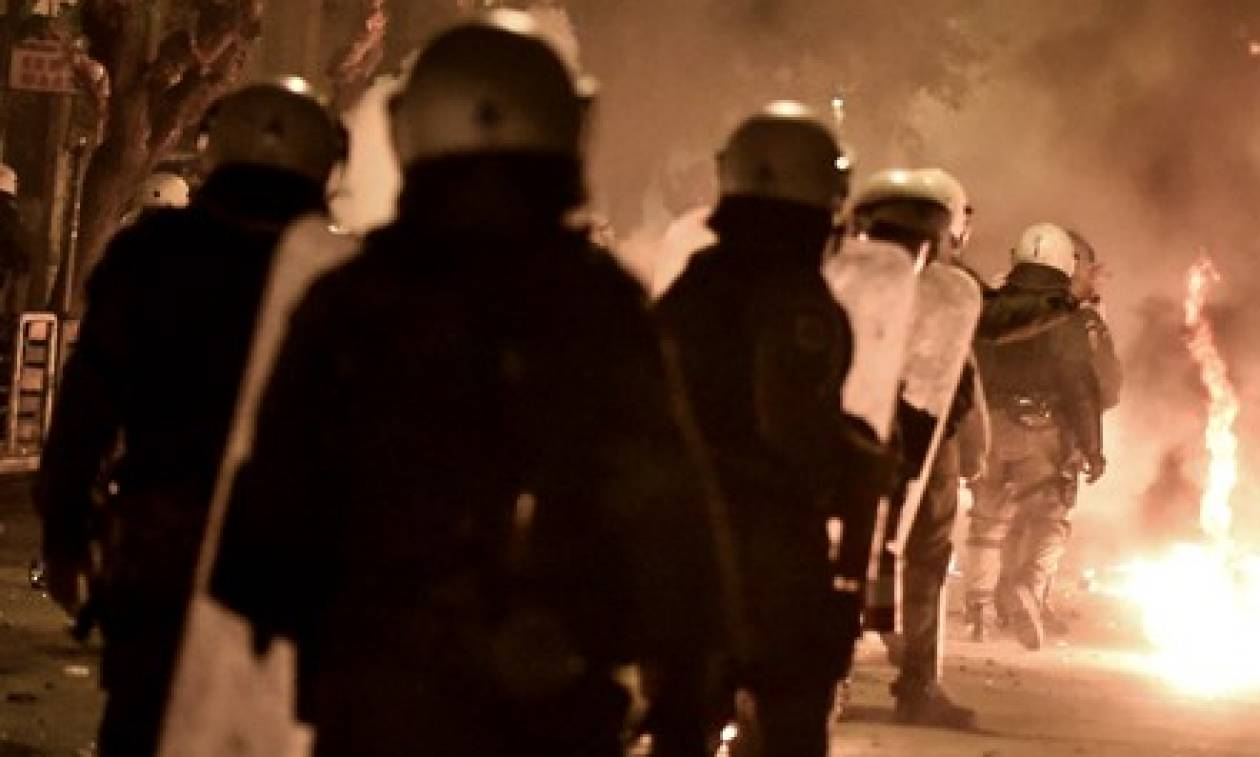 Θεσσαλονίκη: Επίθεση με βόμβες μολότοφ σε λεωφορείο των ΜΑΤ