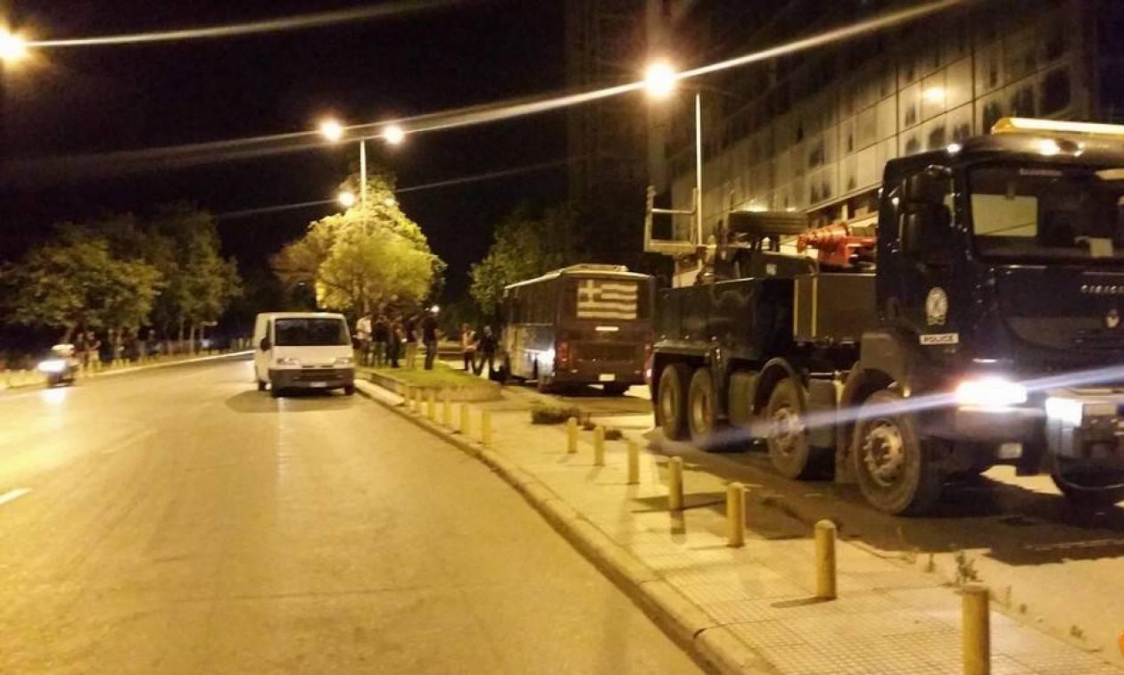 Θεσσαλονίκη: Η στιγμή που αστυνομικοί βγαίνουν από την καμένη κλούβα μετά την επίθεση με μολότοφ