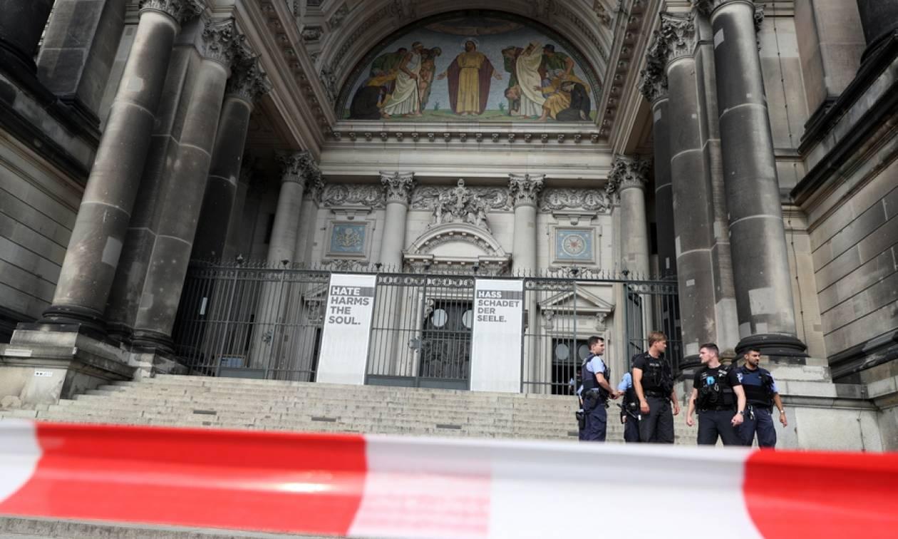 Βερολίνο: Εκτός ελέγχου και οπλισμένος με μαχαίρι ο άνδρας στον Καθεδρικό Ναό