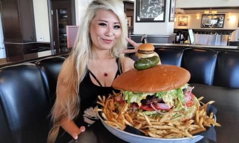Αυτή η γυναίκα ξεκίνησε να τρώει ένα μπέργκερ 4,5 κιλών και δείτε που κατέληξε! (vid)