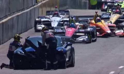 Απίστευτο αλλά αληθινό: το αυτοκίνητο ασφαλείας των IndyCar τράκαρε στον πρώτο γύρο!