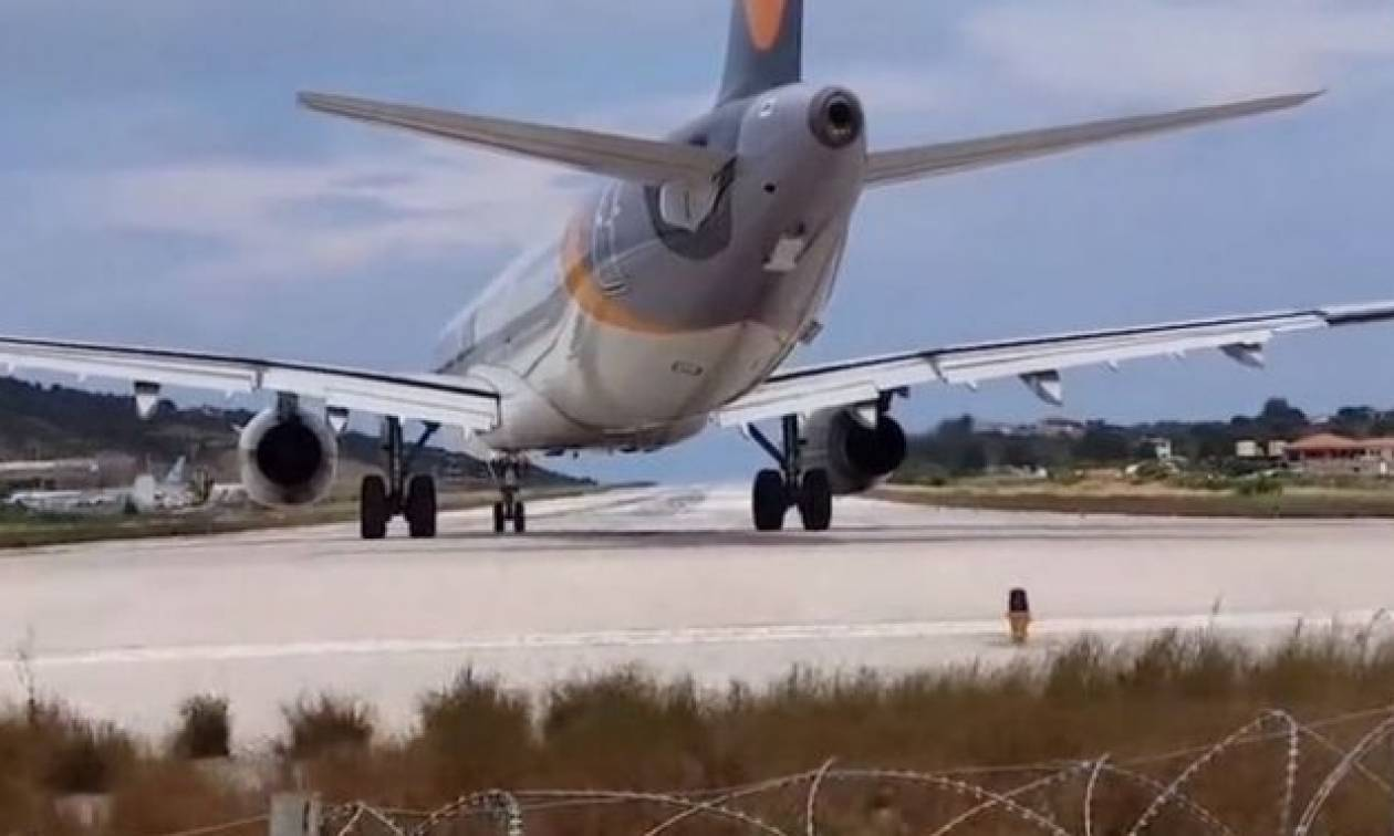 Τουρίστας παρακολουθεί την απογείωση αεροπλάνου στην Σκιάθο, η τουρμπίνα τον εκσφενδονίζει (video)