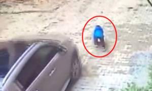 Μάνα πέρασε με το αμάξι της πάνω από το παιδί της (vid)