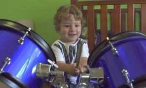Ποιος Nicko McBrain; Αυτός ο πιτσιρικάς είναι μόλις 2 χρονών και παίζει καταπληκτικά ντραμς (vid)