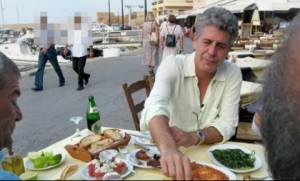 Anthony Bourdain: Όταν ο διάσημος σεφ γευόταν ρακές και αντικριστό στην Κρήτη