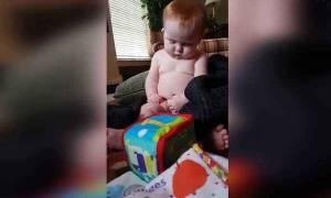 Δείτε τι κάνει το μωρό την ώρα που παίζει (video)