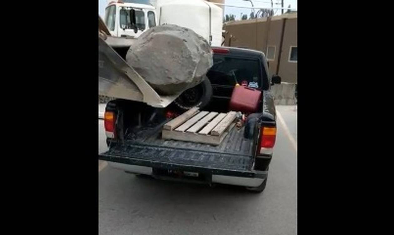 Πήγαν να φορτώσουν έναν βράχο στο φορτηγάκι - Αυτό που έγινε δεν το συναντάς ΟΥΤΕ σε ανέκδοτο! (vid)