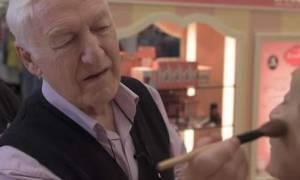 Συγκλονιστικό: Ένας 84χρονος μαθαίνει μακιγιάζ για να βάφει τη σύζυγό του που θα μείνει τυφλή(vid)