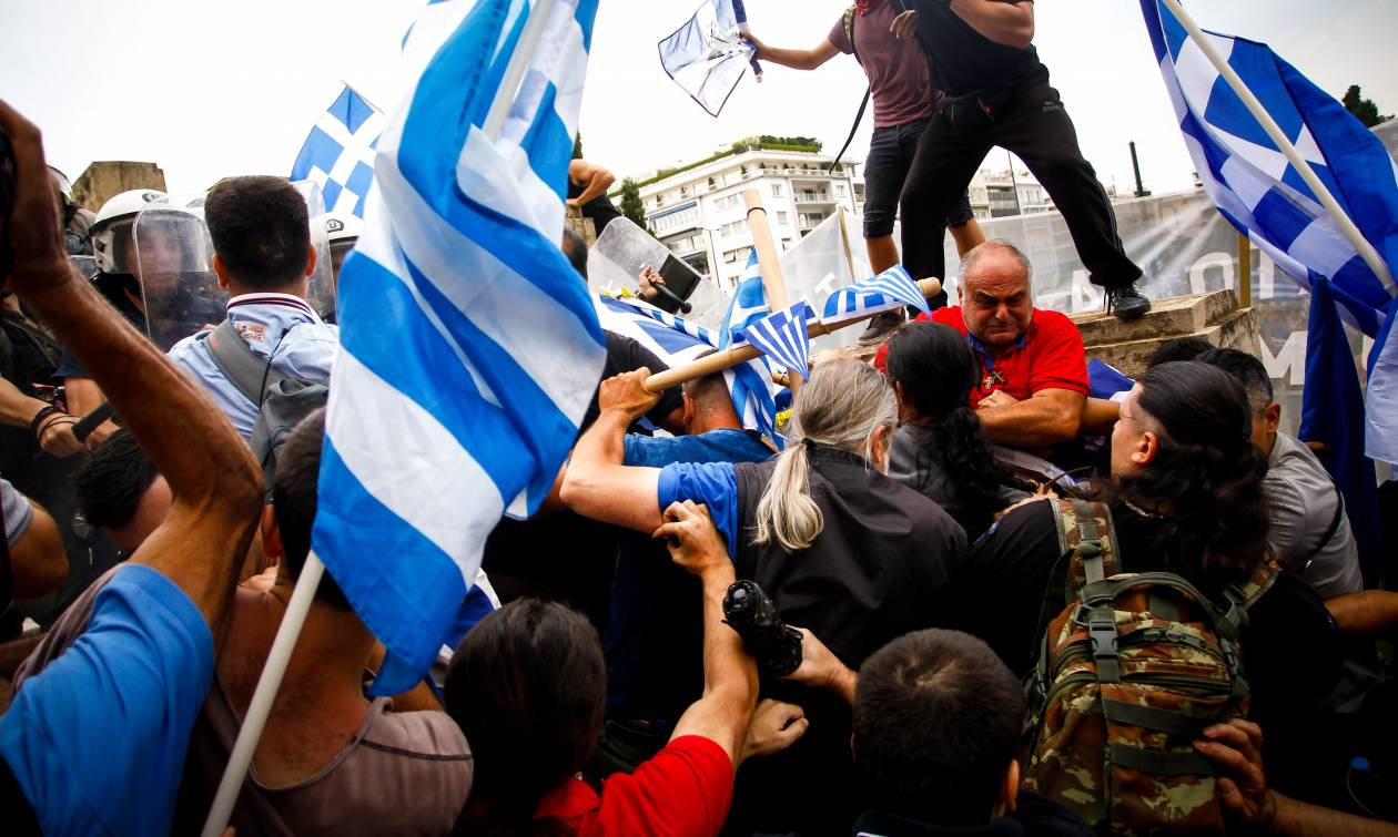 Επεισόδια, χημικά και τραυματίες στο συλλαλητήριο για τη Μακεδονία στο Σύνταγμα