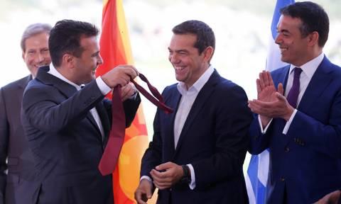 На церемонии подписания соглашения о названии БЮРМ Заев подарил Ципрасу свой галстук