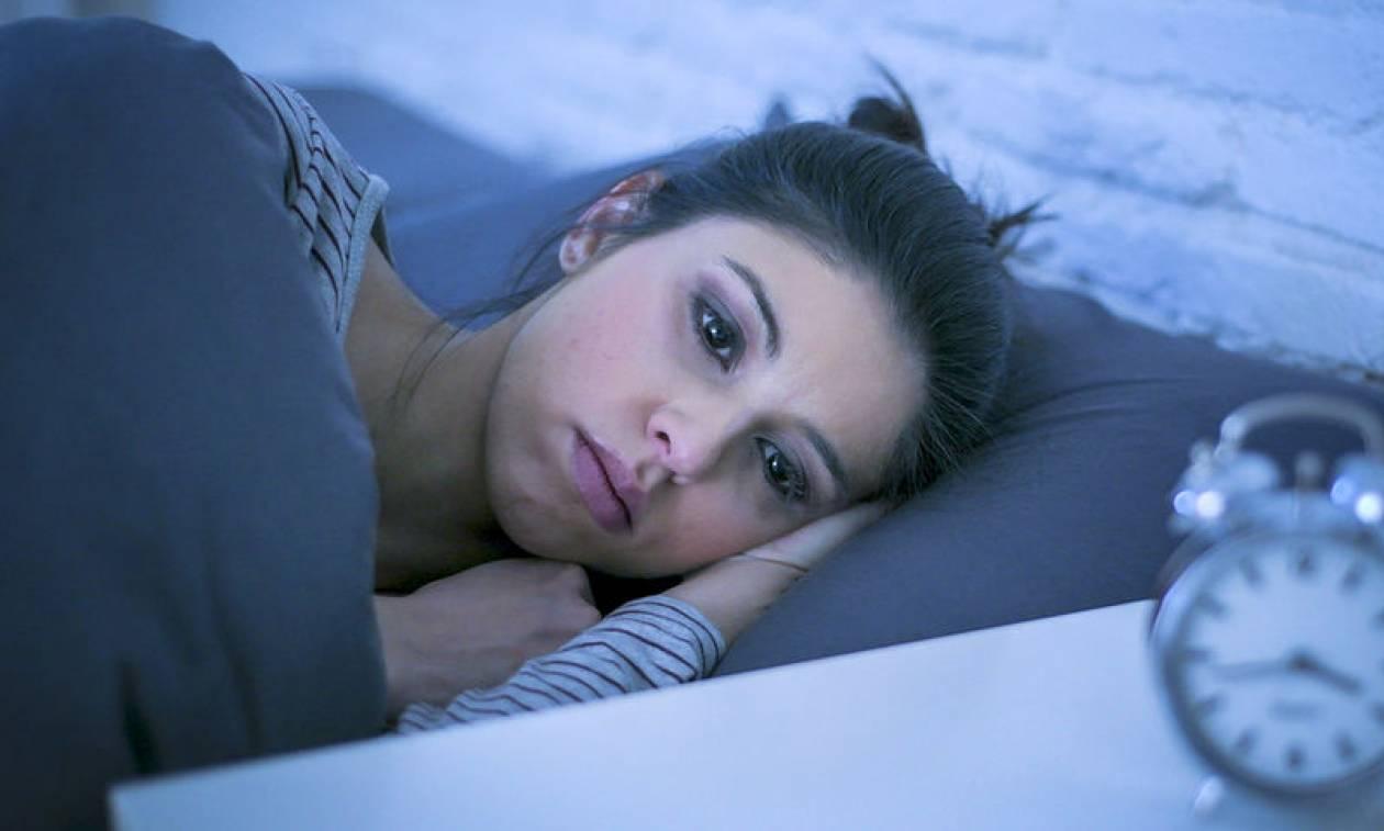 Ξυπνάτε αναπάντεχα μέσα στη νύχτα; Τι μπορεί να φταίει & τι πρέπει να κάνετε