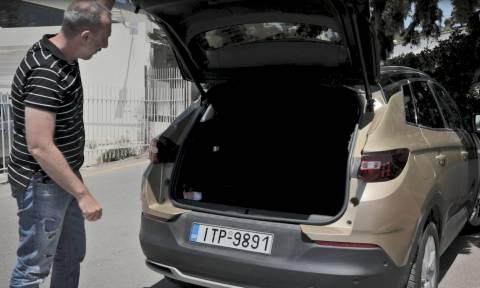 Έπαθε πλάκα όταν είδε πόσο τεράστιο είναι το πορτ-μπαγκάζ του αυτοκινήτου! (vid)