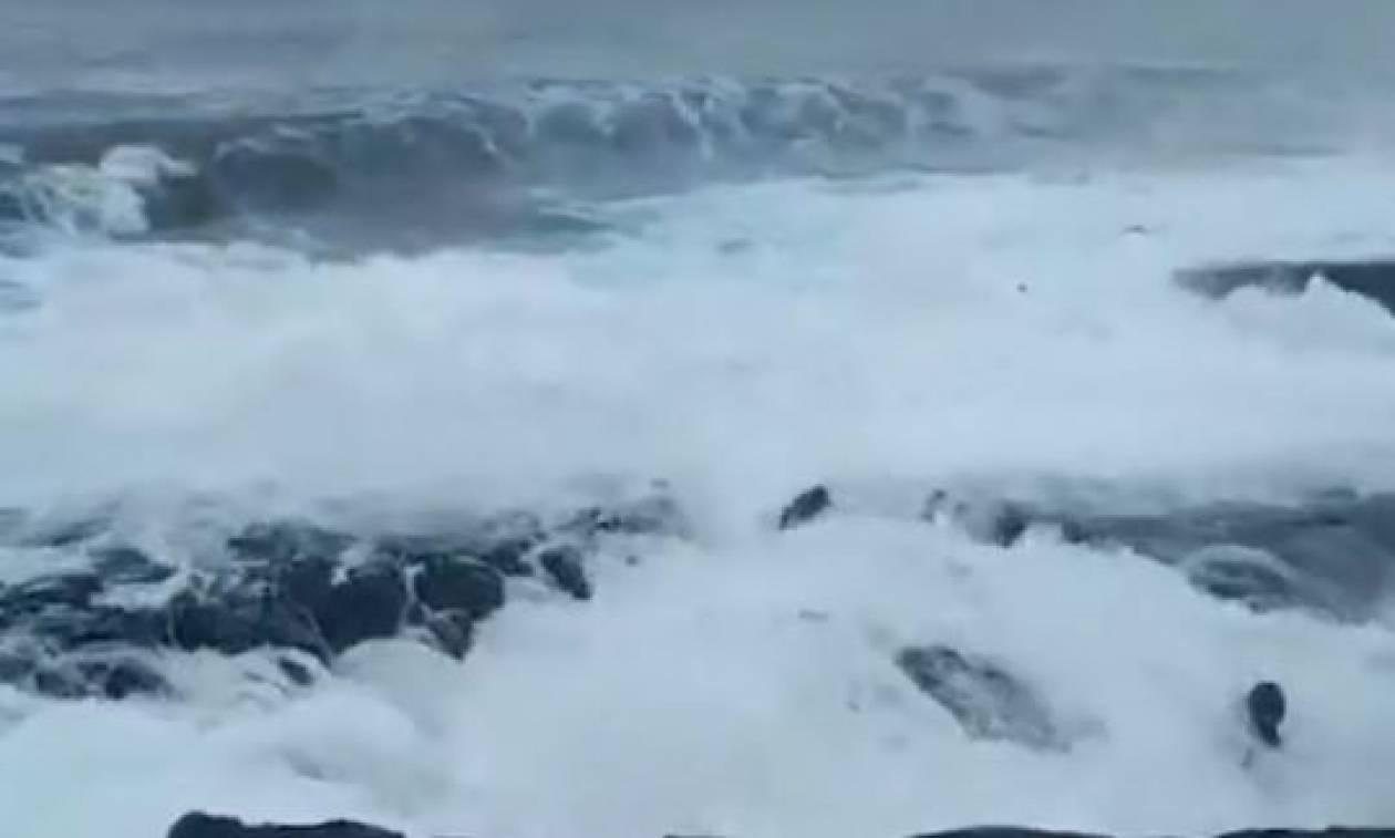 Σοκαριστικό βίντεο: Κύματα παρέσυραν τουρίστα στο θάνατο ενώ πόζαρε για selfie