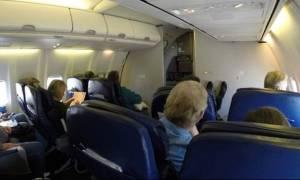 Ασυγκράτητο ζευγάρι σε ερωτικές περιπτύξεις κατά τη διάρκεια πτήσης (video)