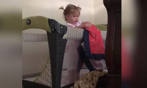 Φοβερή η μικρή! Δείτε τι έκανε μόλις ξύπνησε (video)
