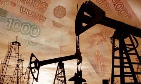 Рубль снизился к доллару и евро на фоне ситуации с ценами на нефть