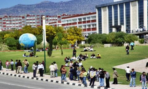 Φοιτήτριες αντί να αποφοιτήσουν συνελήφθησαν γιατί κάθονταν την ώρα του «εθνικού ύμνου»