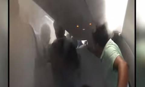 Απίστευτος πιλότος! Δείτε τι έκανε στους επιβάτες για να κατέβουν από το αεροσκάφος (vid)