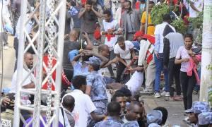 Πανικός σε πολιτική συγκέντρωση από έκρηξη χειροβομβίδας – Τουλάχιστον 83 τραυματίες (Pics)