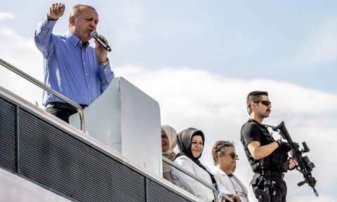 Φοβάται για τη ζωή του ο Ερντογάν: Έδωσε προεκλογική «φιέστα τρόμου» με δεκάδες ελεύθερους σκοπευτές