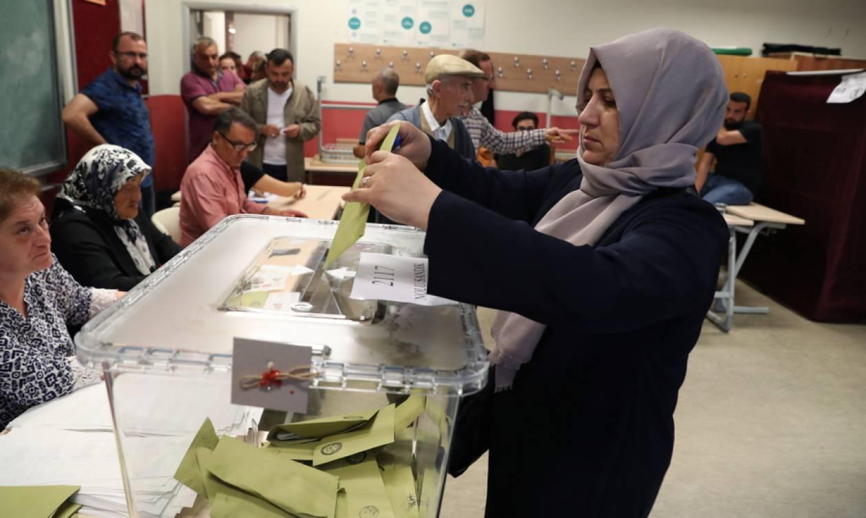 Εκλογές Τουρκία: Κοσμοσυρροή στα εκλογικά κέντρα της χώρας (pics)