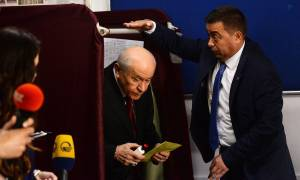 Εκλογές Τουρκία: Ψήφισε στην Άγκυρα ο «Γκρίζος Λύκος» Μπαχτσελί (pics)