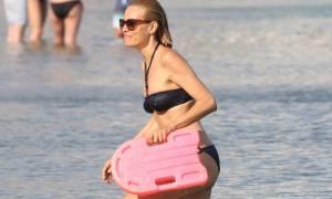 Η Βίκυ Καγιά σε παραλία της Μυκόνου, χωρίς ρετούς