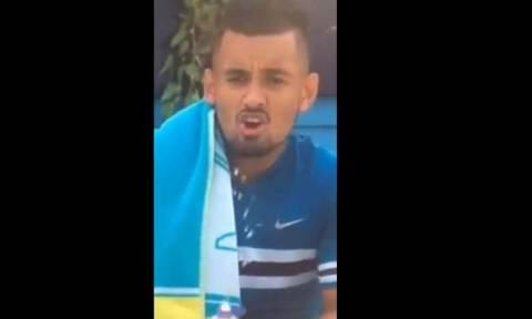 Απίστευτος Κύργιος: «Αυνανίστηκε» με ένα μπουκάλι κατά τη διάρκεια του αγώνα! (video)