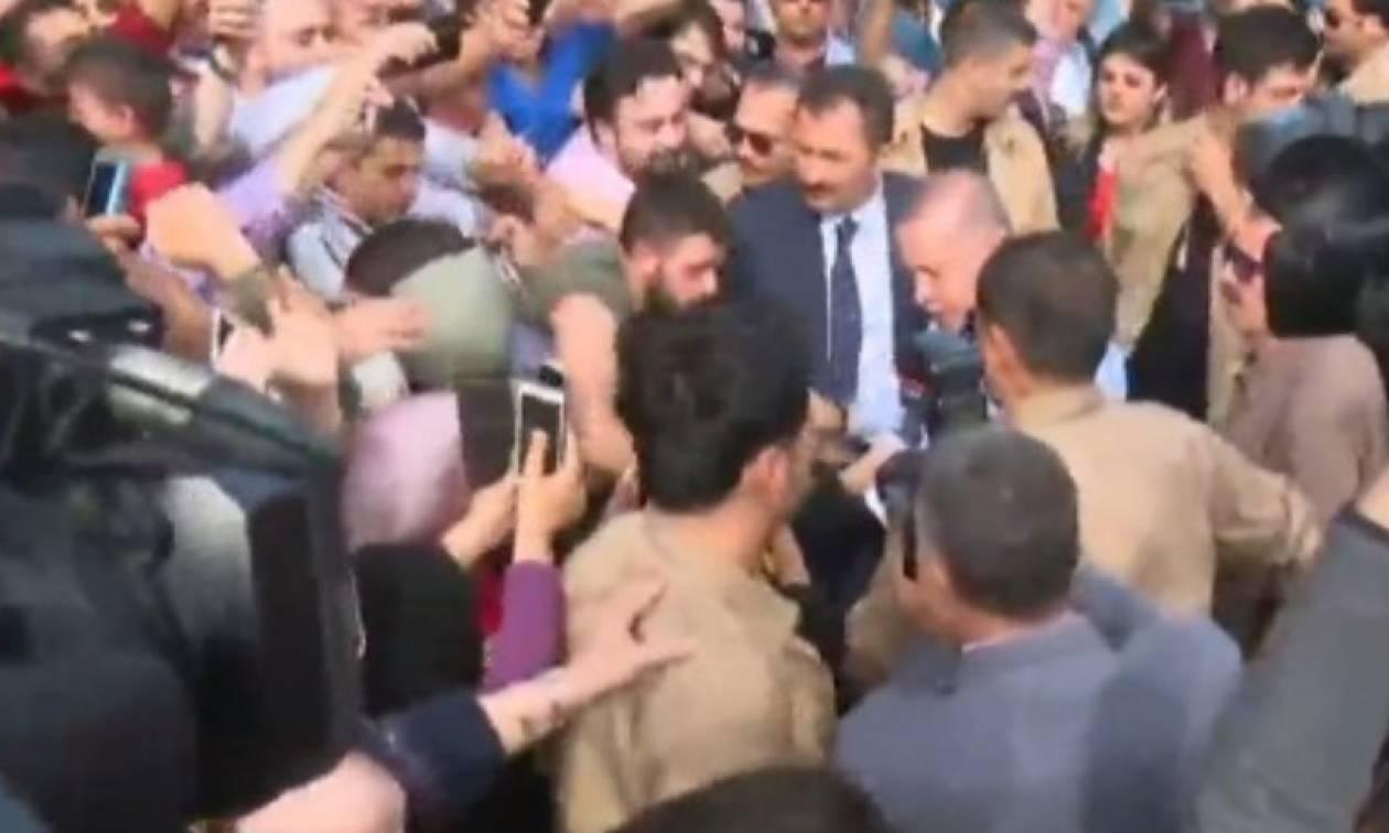 Εκλογές Τουρκία: Σκηνές... απείρου κάλλους με οπαδούς του Eρντογάν να φιλούν τα χέρια του! (video)