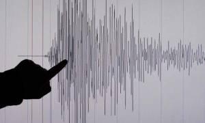 Σεισμός Θεσσαλονίκη: Πετάχτηκαν από τα σπίτια τους οι κάτοικοι