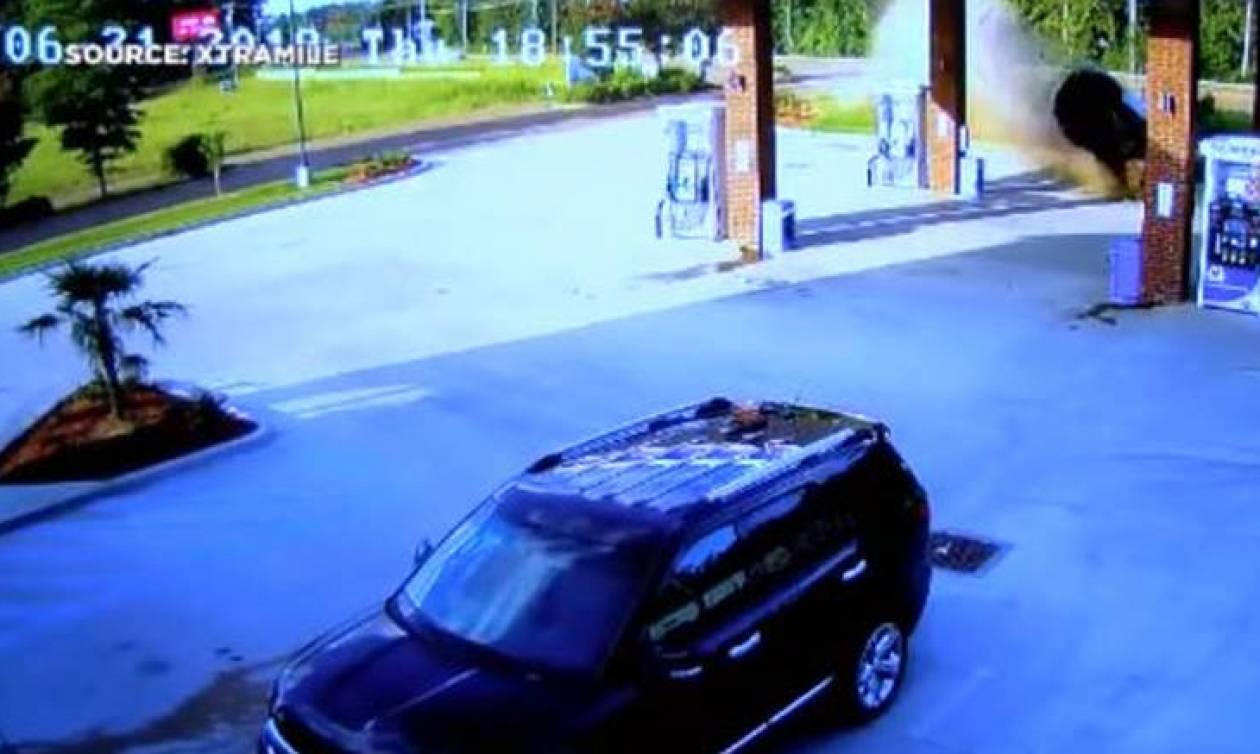 Βίντεο ΣΟΚ: Γυναίκα «καρφώνεται» με το αμάξι της σε βενζινάδικο