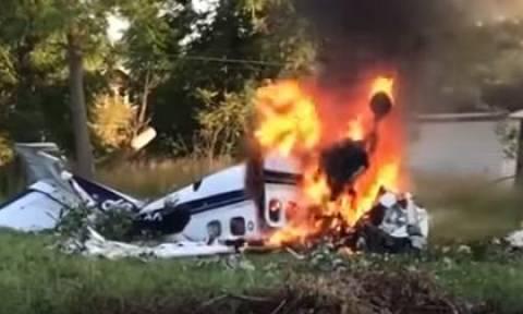 Συγκλονιστικό βίντεο: Η στιγμή που επιβάτης βγαίνει από φλεγόμενο αεροπλάνο μετά τη συντριβή