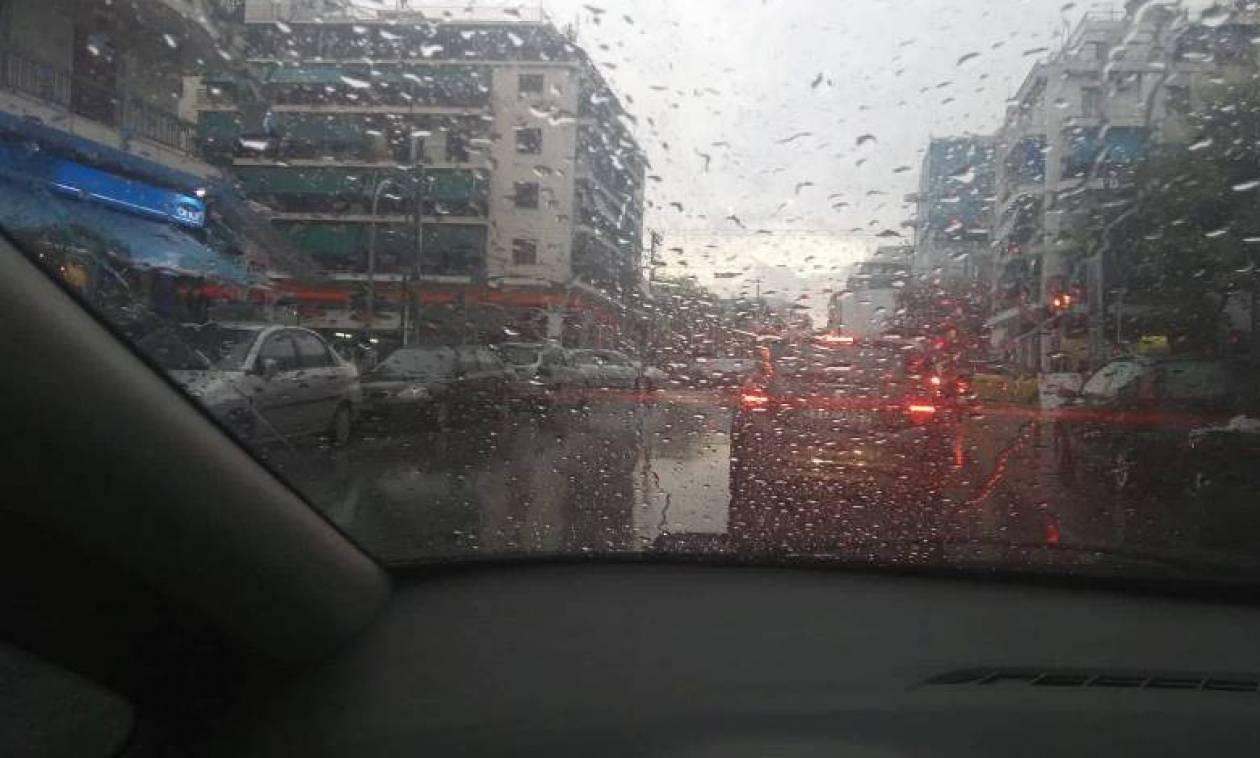 Καιρός τώρα: Η «Νεφέλη» σαρώνει την Αθήνα – Σε ποιους δρόμους εντοπίζονται προβλήματα (pics)